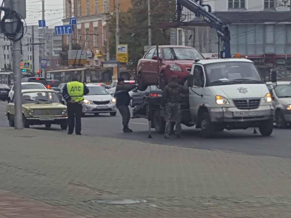 По всему центру Рязани эвакуируют автомобили