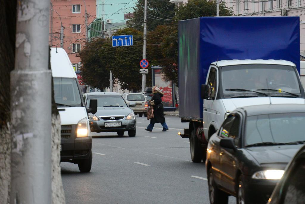 Пешеходы бесстрашно перебегают Первомайский проспект в Рязани