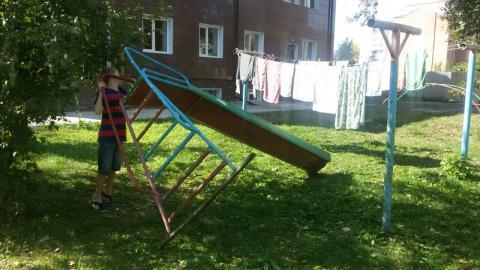 Горка во дворе ул. Комсомольская, 17 в Бердске стала опасной для детей