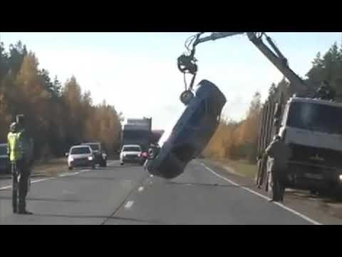 Попытки водителя манипулятора перевернуть автомобиль попали на видео