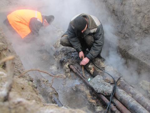 Ремонт теплотрассы и водопровода на ул. Островского, 55 в Бердске ведет КБУ