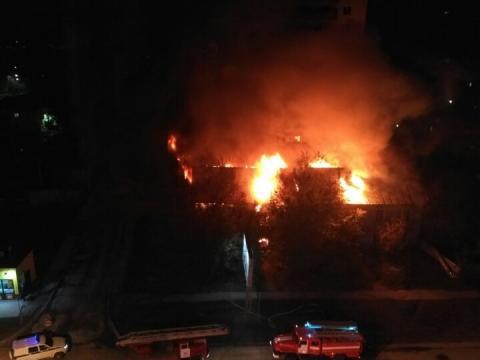 Расселенный ветхий барак сгорел ночью в центре  Бердска