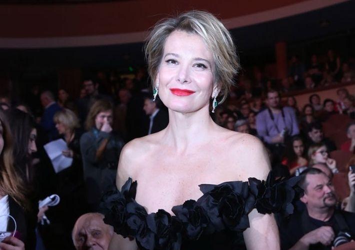 Юлия Высоцкая посоветовала женщинам немного «недоодеться, чем переодеться»