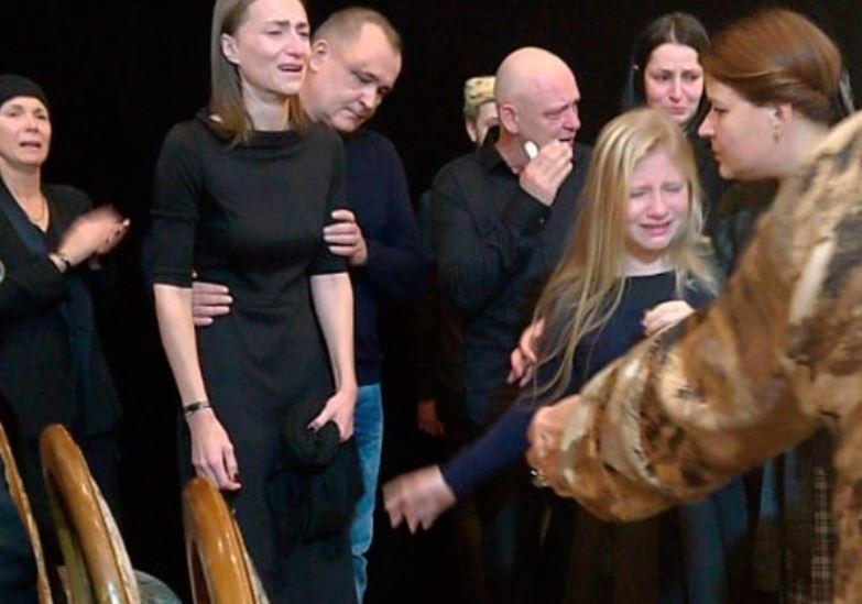 Душераздирающее фото: Убитая горем вдова Марьянова с трудом держалась на ногах