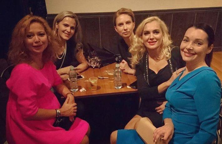 Заметно похорошевшая беременная Елена Захарова погуляла на вечеринке