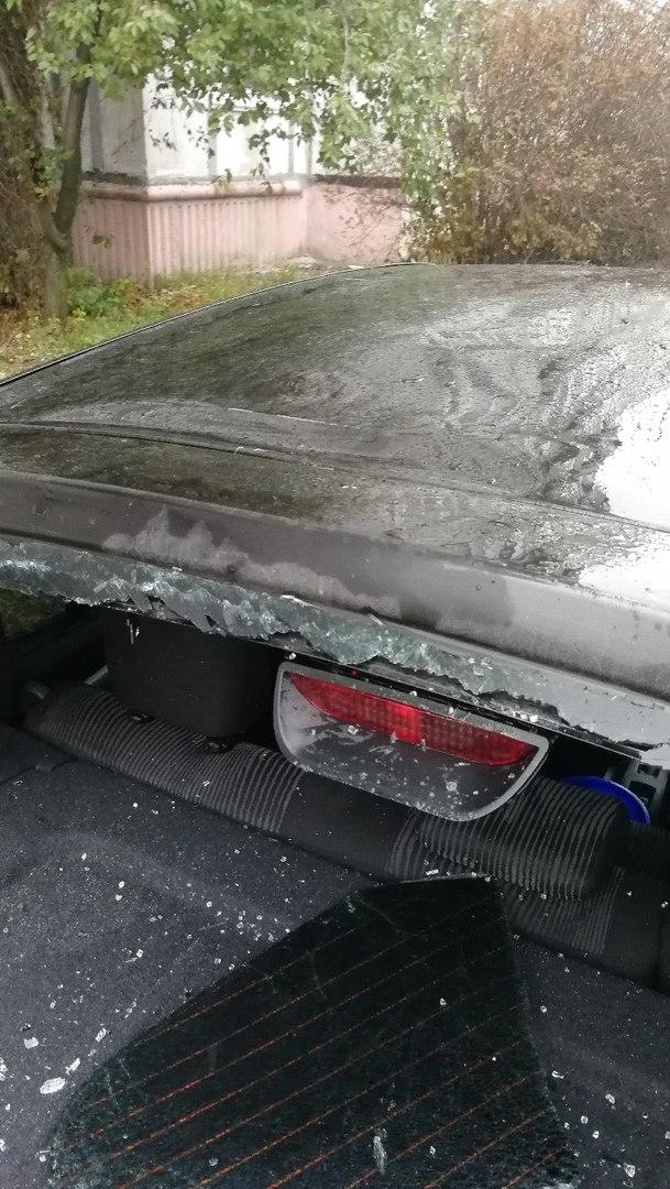 В Недостоеве подросток разбил стекло машины, сбросив на нее пакет с водой