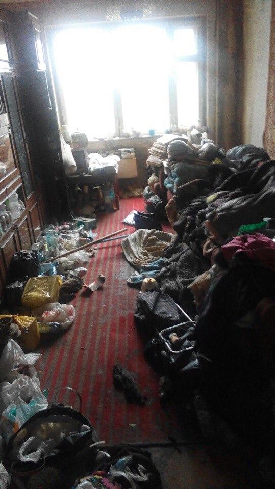 В доме умерла старушка. В квартиру соседей льются продукты разложения