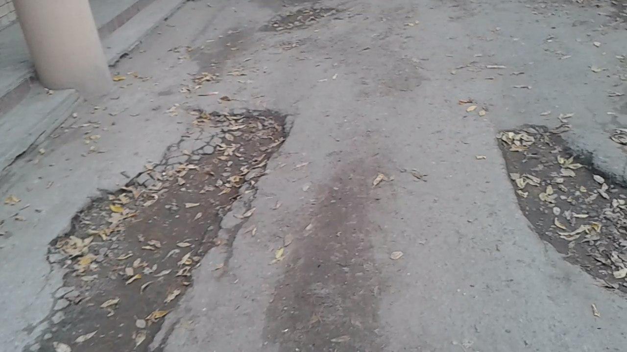 Во двор не проехать — дорога на улице Новаторов усеяна глубокими ямами