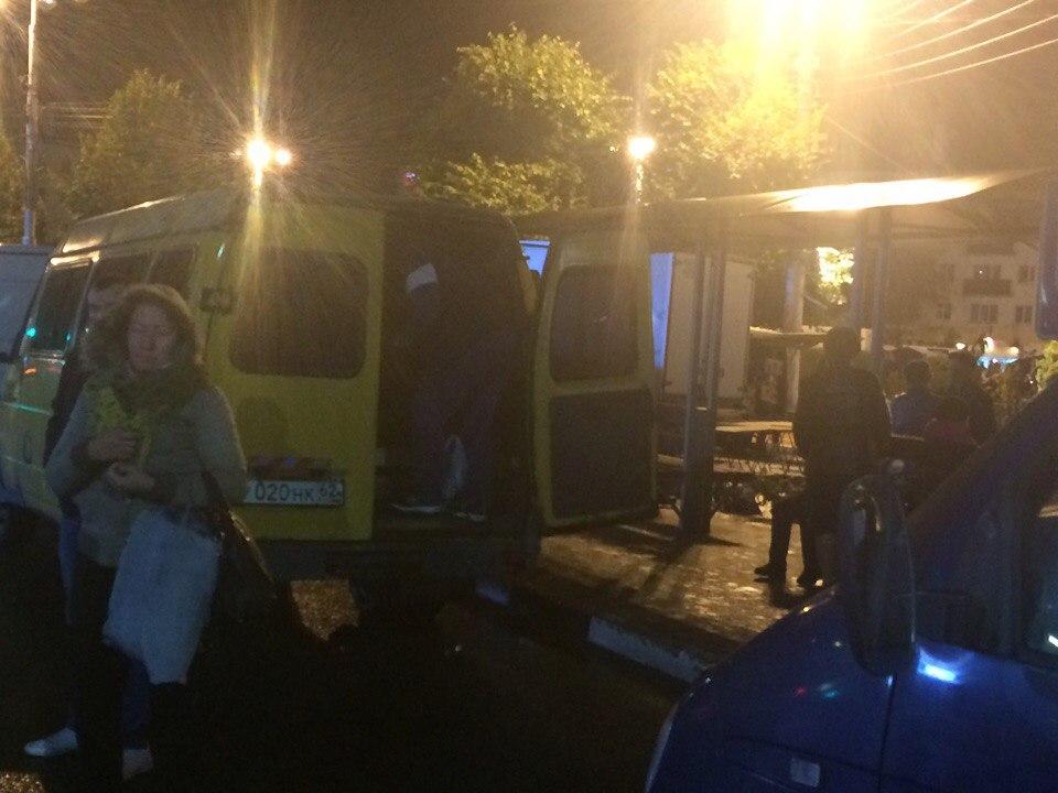 Из-за ярмарки на площади Театральной, рязанцам пришлось ловить транспорт на проезжей части