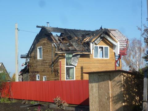 Крыша и мансарда дачи сгорели в Бердске
