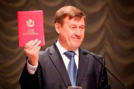Локоть еще не решил, будет ли конкурировать с Травниковым на выборах