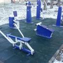 На спортплощадках в Бердске укладывают резиновое покрытие