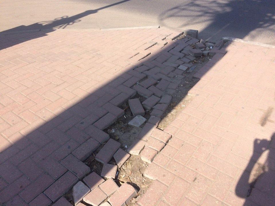 У Дом художника проваливается тротуарная плитка