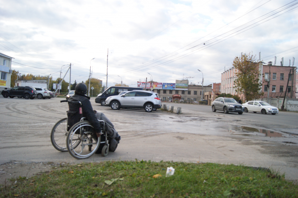 В Рязани мужчина в инвалидной коляске живет на улице