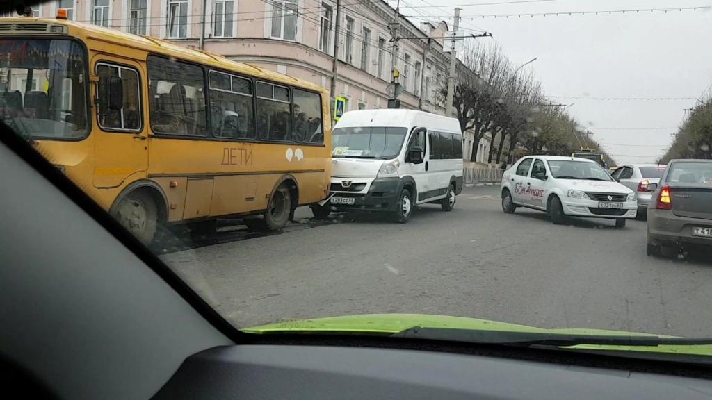 ДТП в центре Рязани — маршрутка врезалась в школьный автобус