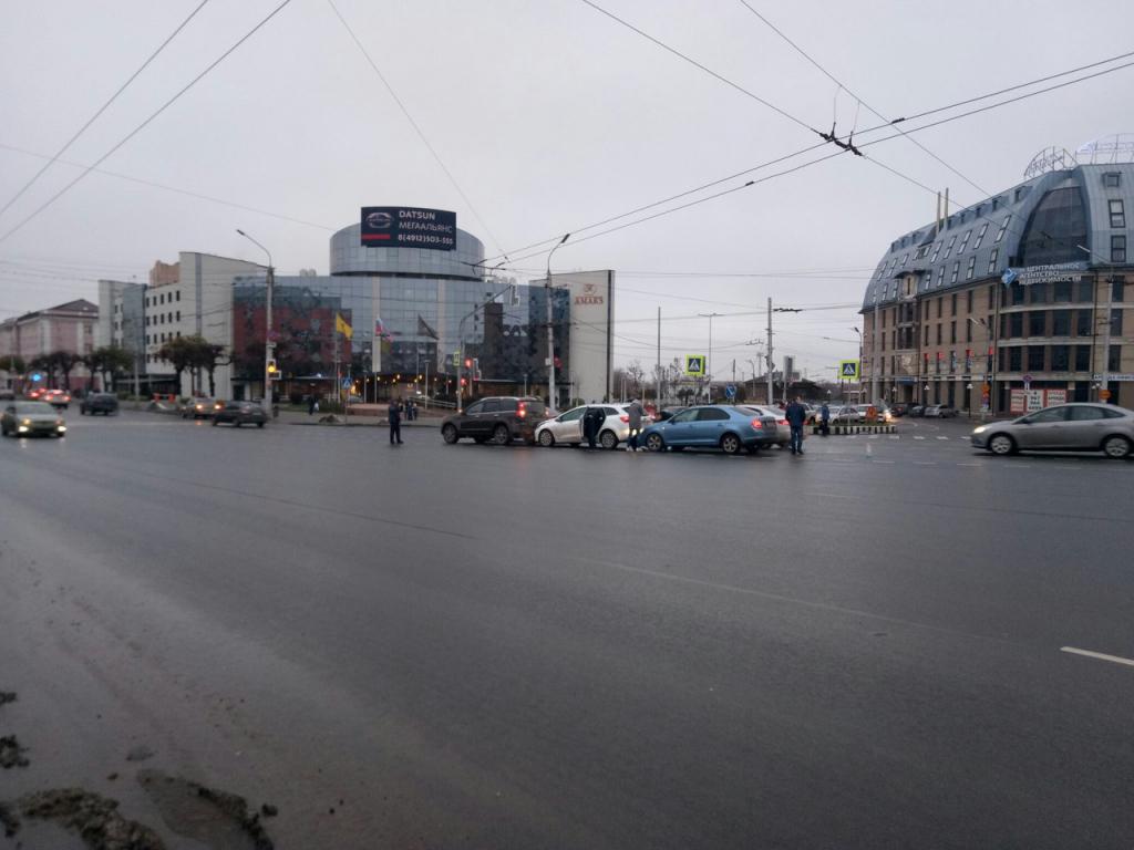 В Рязани на Первомайском проспекте столкнулись три легковушки