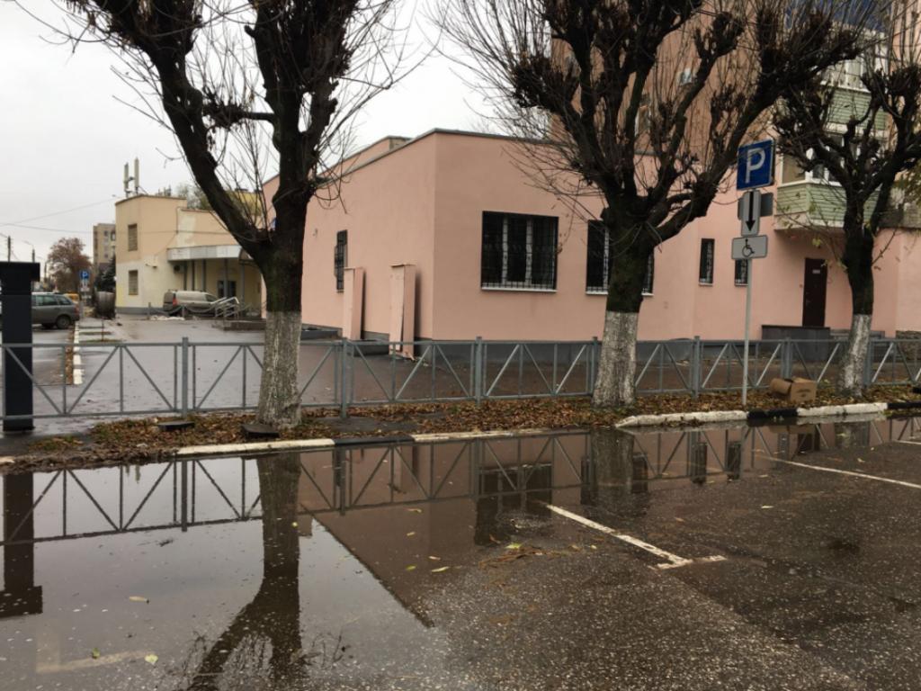 Рязанка пожаловалась на «затопленные» парковочные места для инвалидов