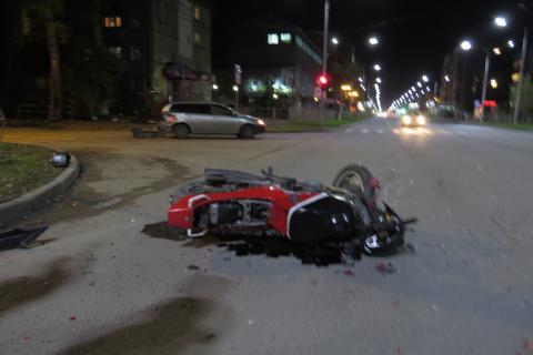 Мотоцикл врезался в «Тойоту Филдер» на ул. Герцена в Бердске