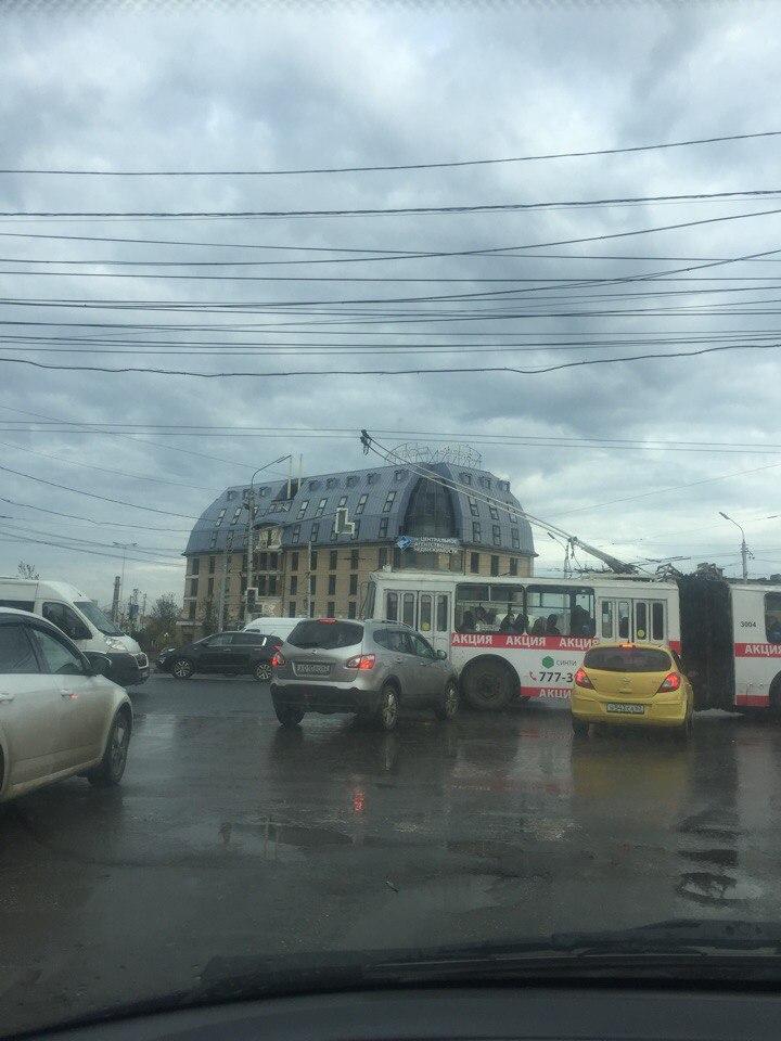На перекрестке Первомайского проспекта и улицы Типанова не работает светофор