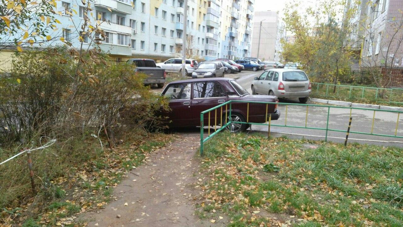 «Герой парковки» — очередной автохам перегородил пешеходную дорогу