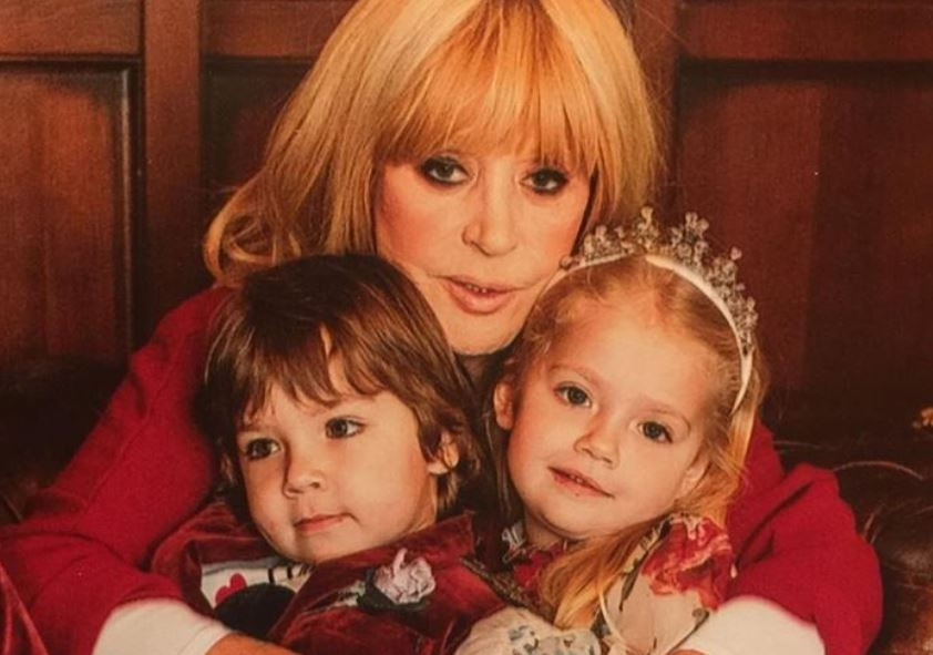 Пугачева разместила умилительный снимок с Лизой и Гарри