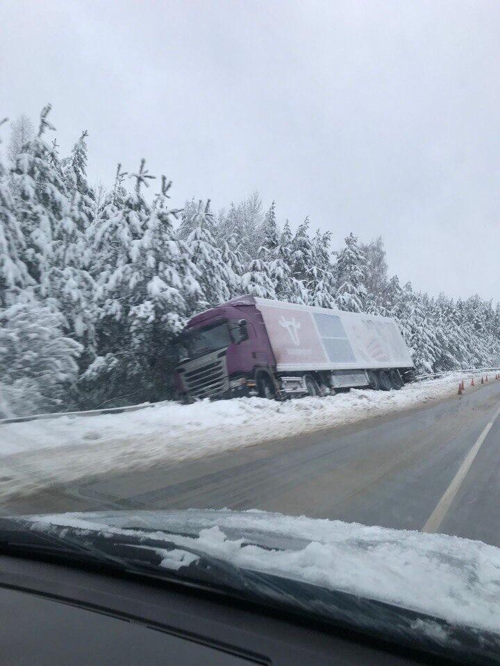За два дня снегопада резко увеличилась аварийность, есть погибшие