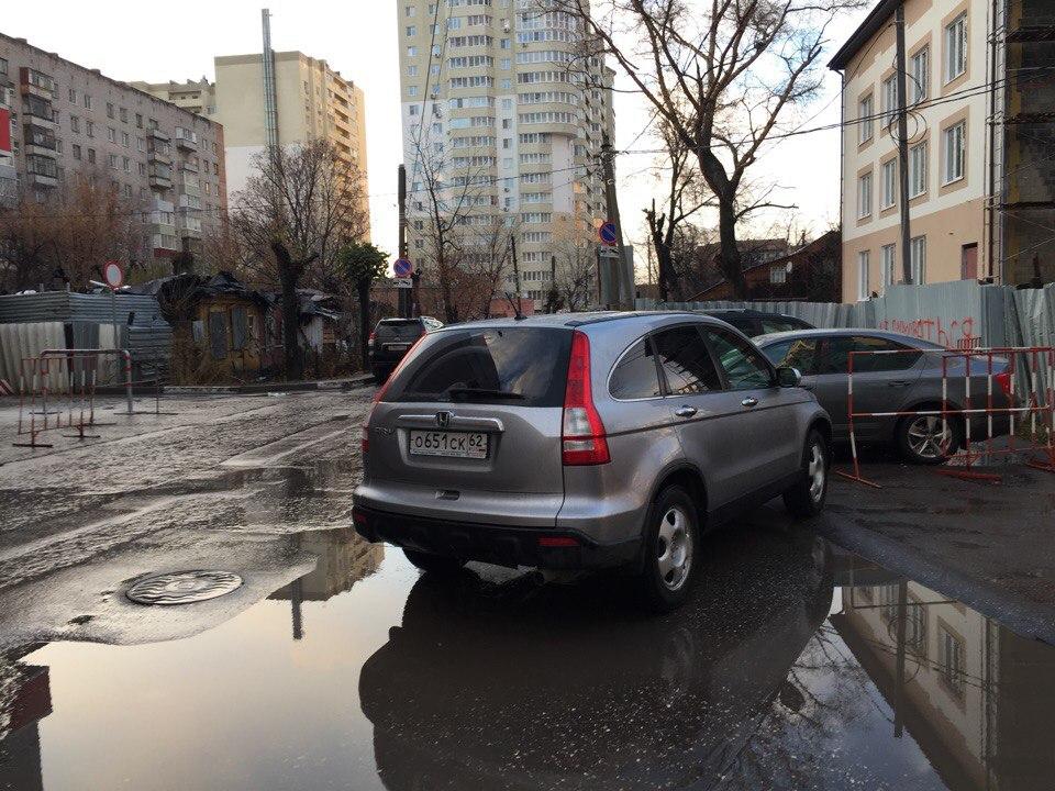 Очередной рязанский «гений парковки» перегородил выезд на целую улицу