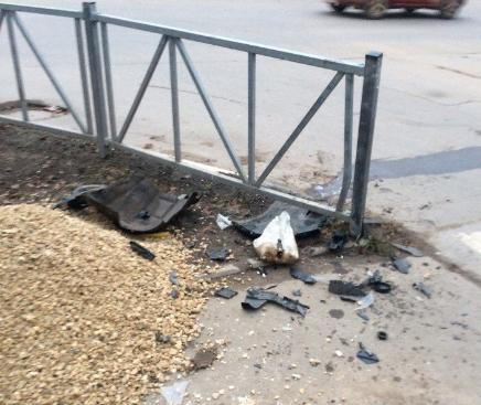 В центре Рязани неадекватный водитель иномарки въехал в забор. Видео