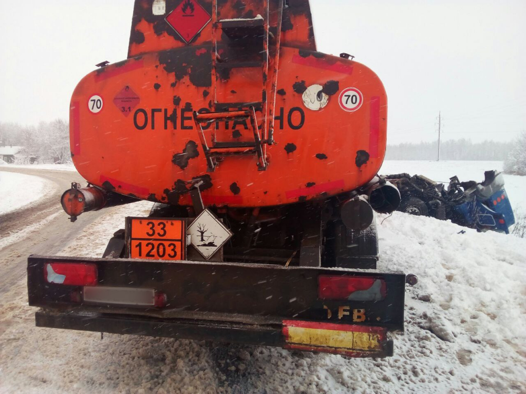 На трассе под Рязанью столкнулись два бензовоза. Фото