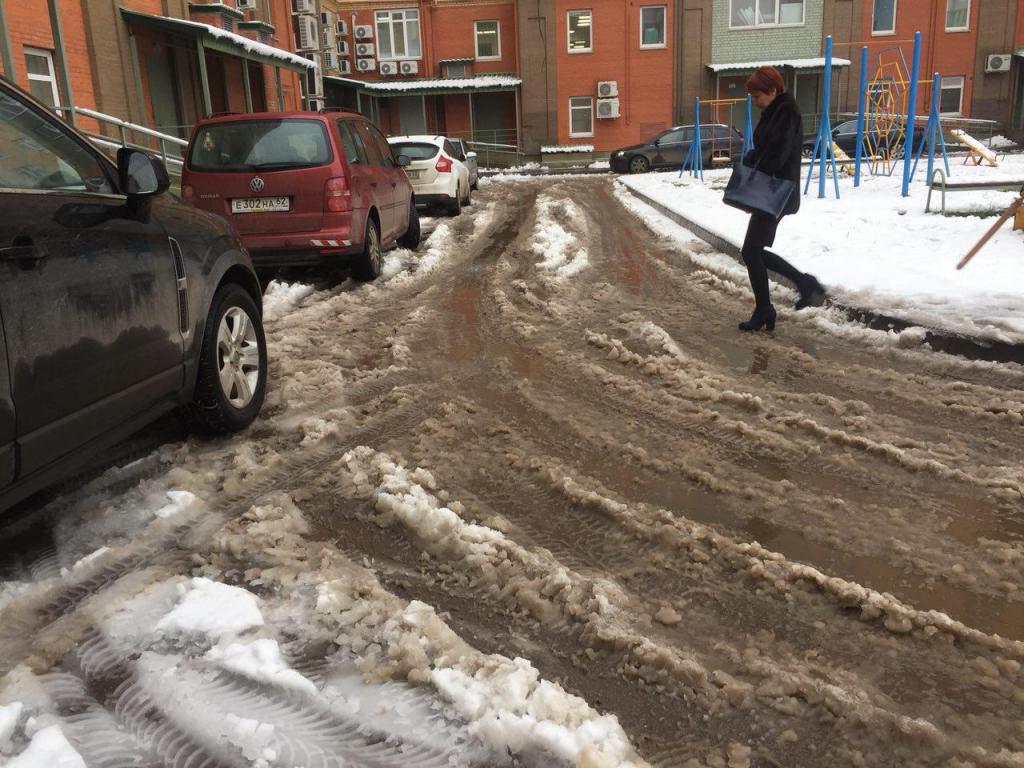 Уборка снега во дворах стала головной болью для рязанцев