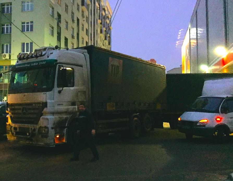 Грузовик полностью заблокировал улицу у ТЦ «Виктория Плаза»