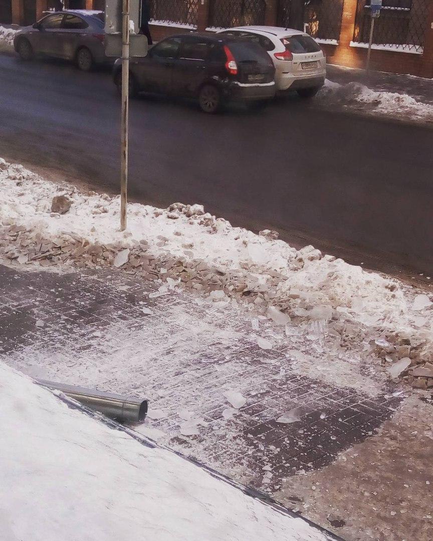 В Рязани глыба льда снесла водосточную трубу