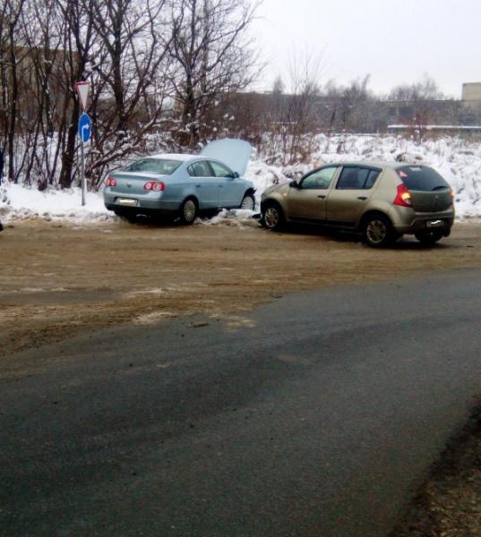 На Нахимова столкнулись «Фольксваген» и «Рено», пострадали два человека