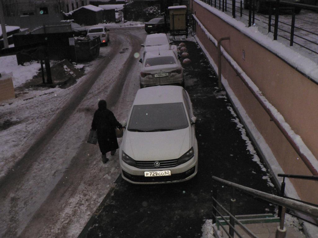 «Герои парковки» на Татарской — автохамы заставили всю улицу автомобилями