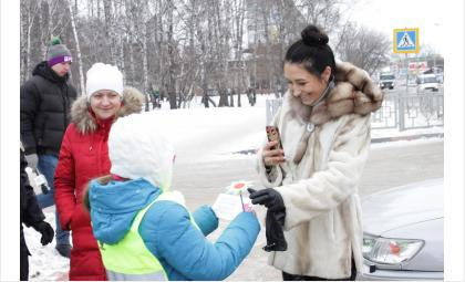 ГИБДД и школьники поздравили с днём матери автоледи Бердска
