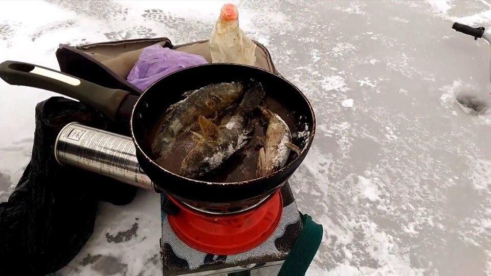 В сети появилось видео зимней рыбалки - улов сразу попадает на сковородку