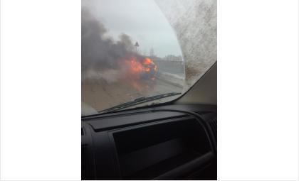 Под Бердском на трассе М-52 у пос. Кирова горит автомобиль