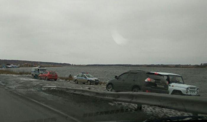 В Линёво в озеро упал внедорожник. Погибла пассажирка