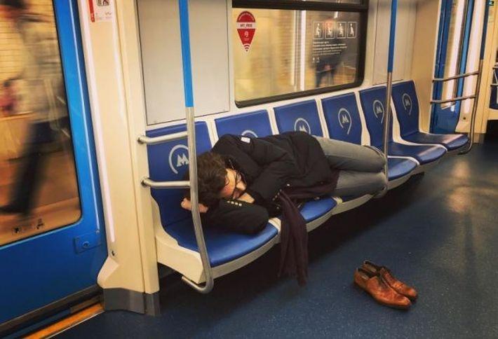 Пользователи обсуждают фото спящего в вагоне метро Андрея Малахова