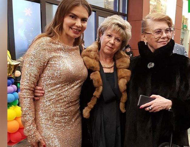 Алина Кабаева вышла в свет в золотом платье