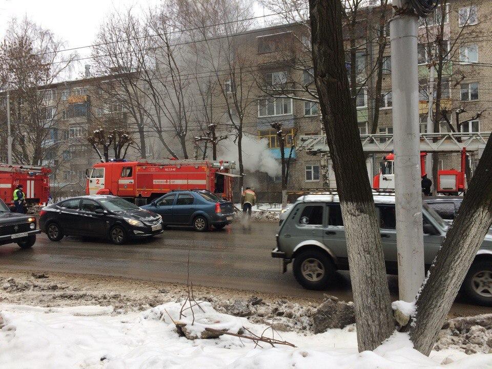 Пожар в Рязани — на улице Гагарина горит пятиэтажка