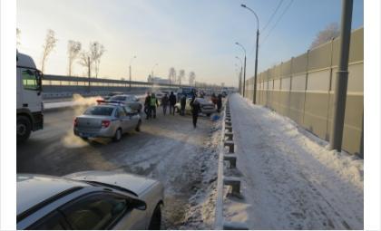 Тело 52-летней женщины нашли в автомобиле рядом с Бугринским мостом в Новосибирске