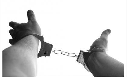 В Искитимском районе зек с ножом отобрал 60 рублей и спиртное у односельчанина