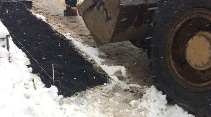 Администрация рассказала зачем нужно укладывать асфальт во время снегопада
