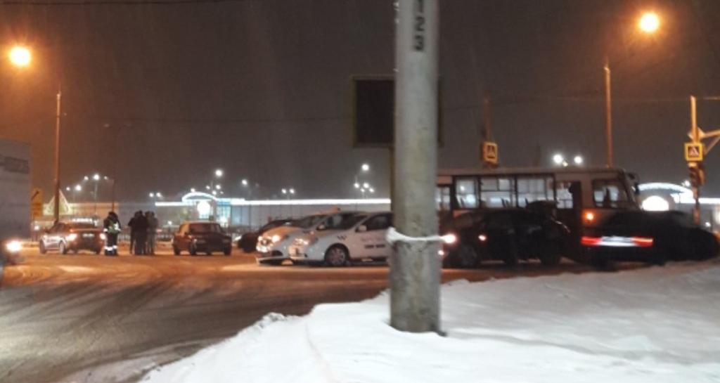 «Вроде шесть машин»: На перекрестке около «Глобуса» произошло массовое ДТП