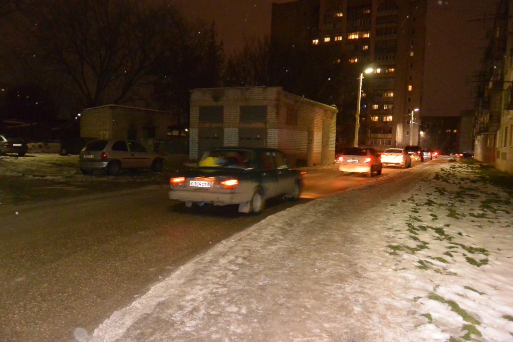 Вечерняя пробка забралась во дворы улицы Ленинского Комсомола