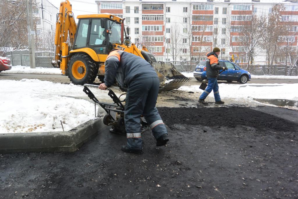 В Рязани снова замечены рабочие, укладывающие асфальт во время метели