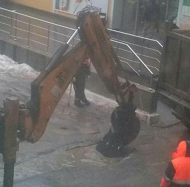 Фото-факт: В Рязани продолжается укладка асфальта прямиком в грязь и лужи