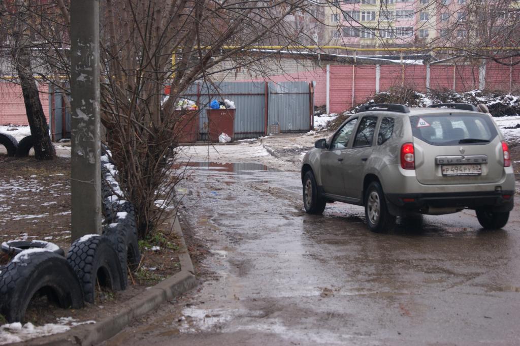Водители объезжают светофор на Высоковольтной через двор