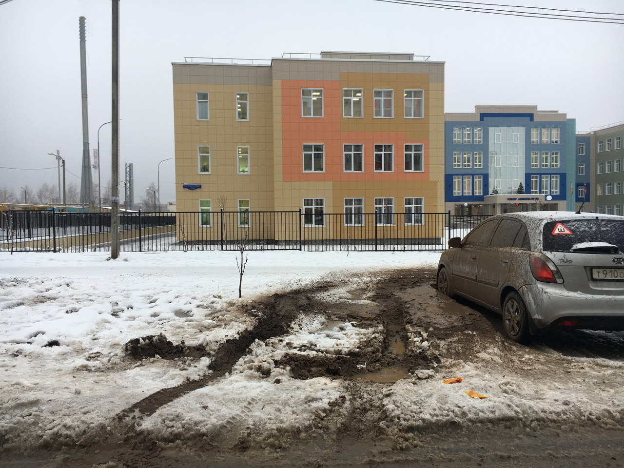 Народное фото - возле 75 школы автомобилисты паркуются в грязи
